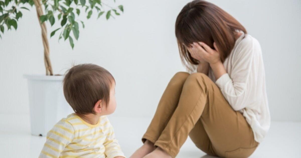 泣いているお母さんと心配そうに見つめる子ども