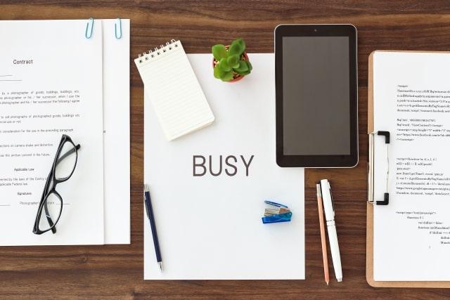 忙しい人の机の上