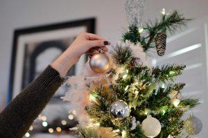 クリスマスツリーを飾る女性の手