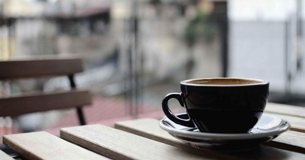 机に置かれたコーヒー