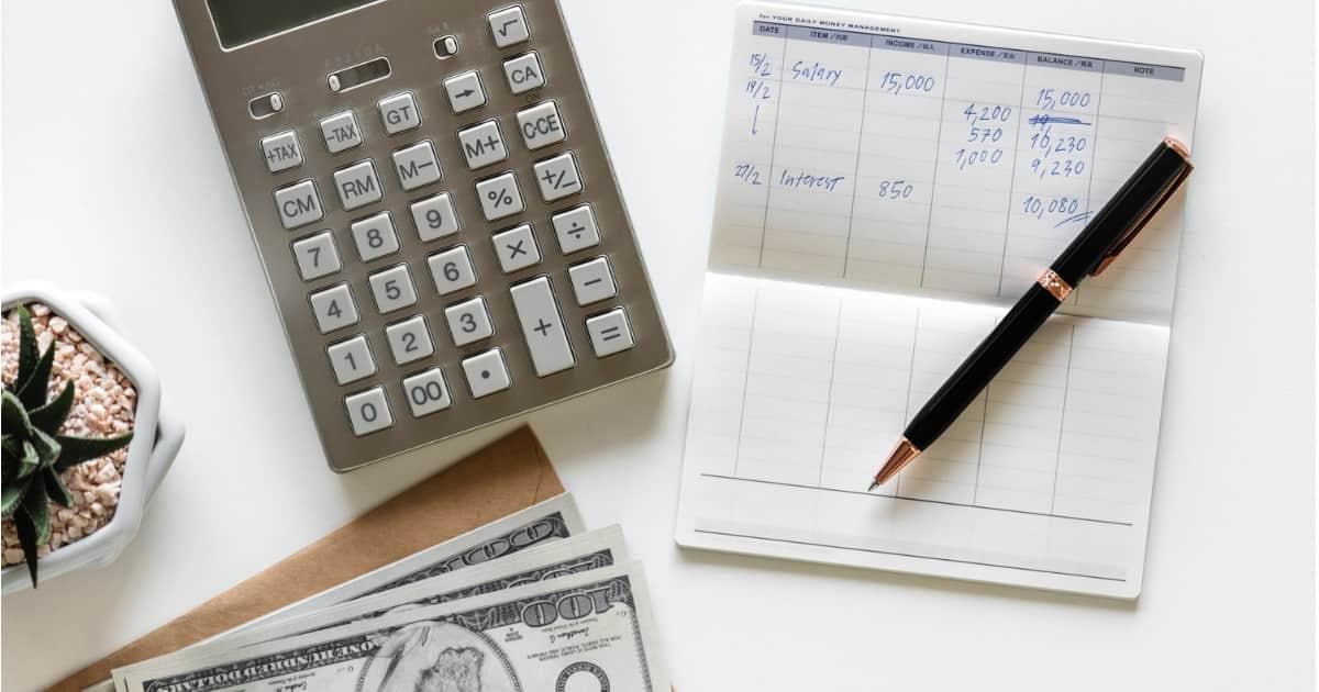 お金と電卓と通帳の画像