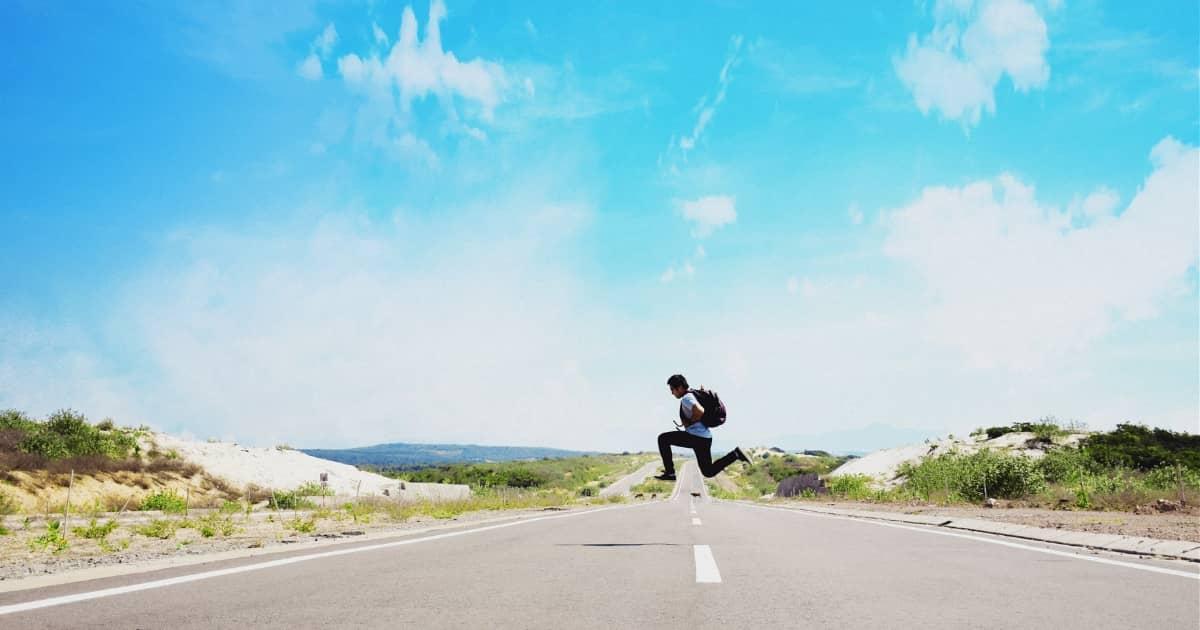 道の上でジャンプする男性の写真