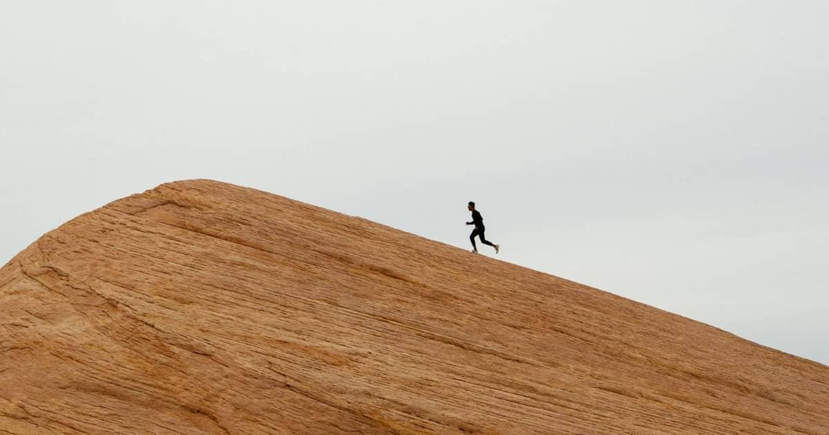 坂を駆け上る人