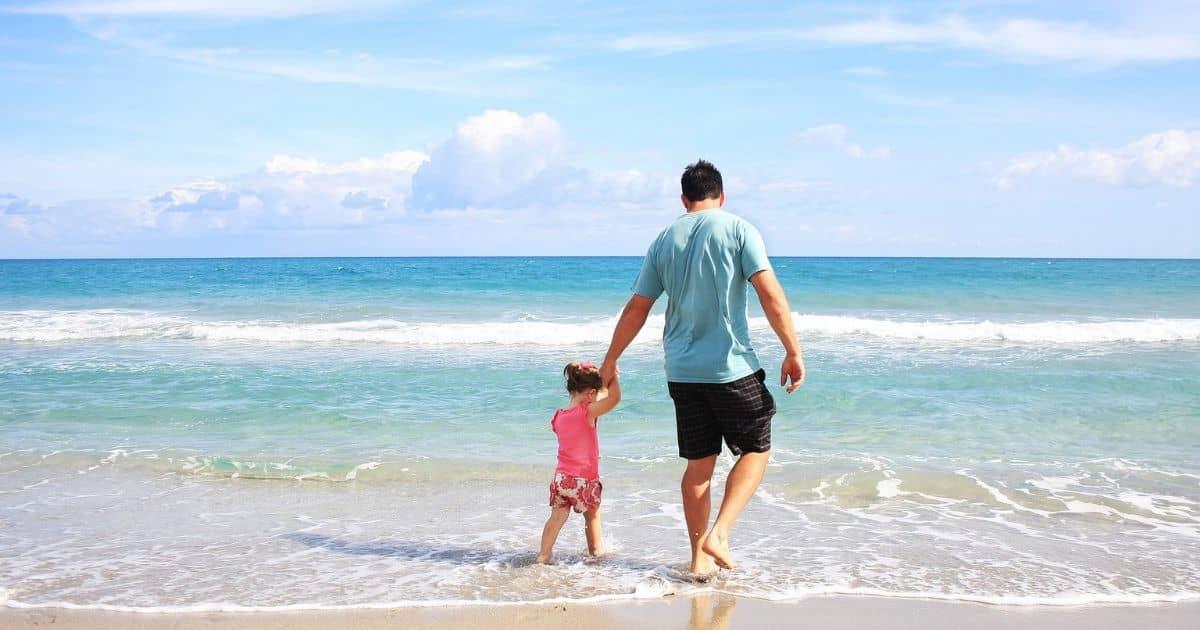 子どもと海で遊ぶお父さん