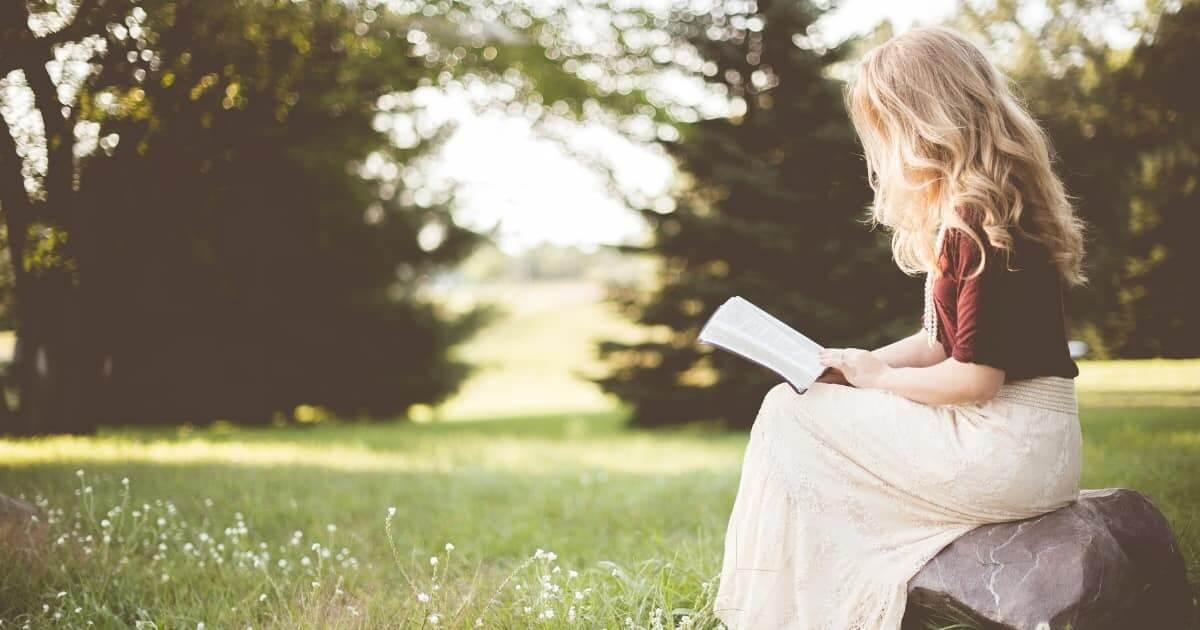 公演で読書をする女性