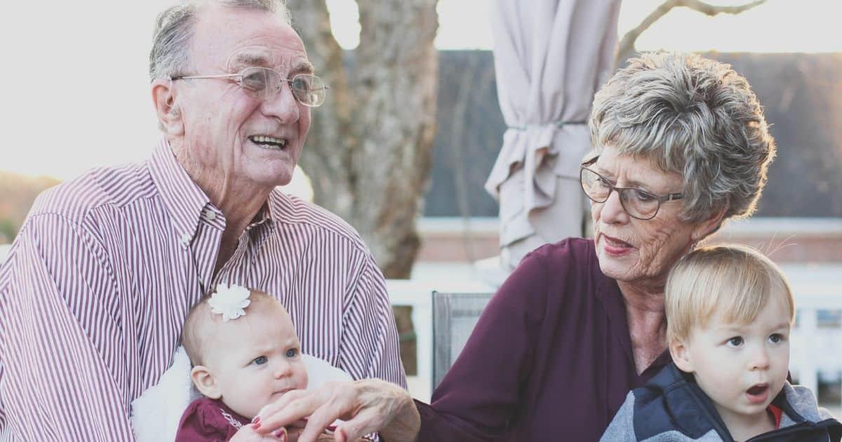 おじいちゃんおばあちゃんと孫たち