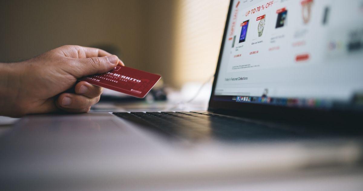 パソコンでクレジット情報を入力する写真