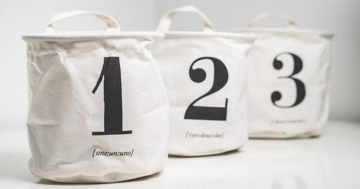 数字が書かれた袋