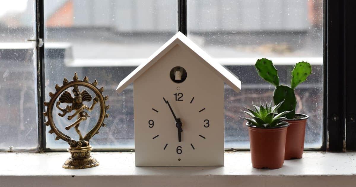 窓際に飾られている時計